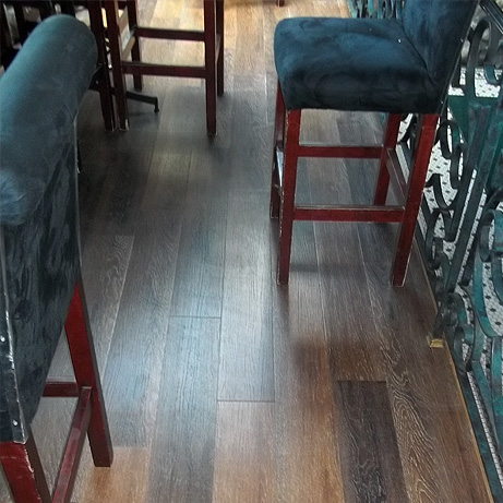 Tuskers Bar: Classic wood